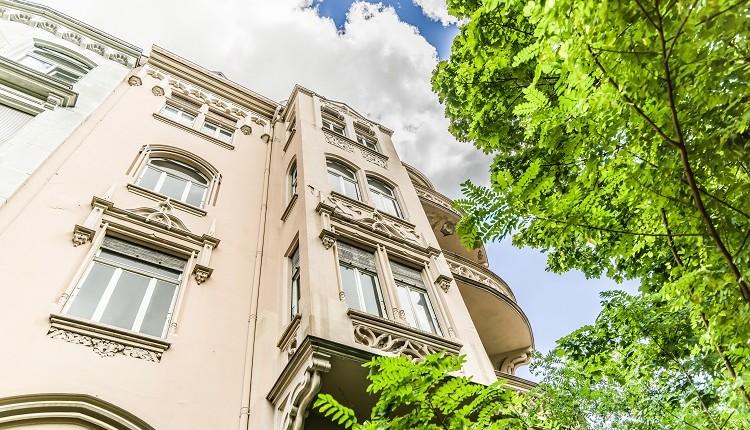 Leerstehendes Mehrfamilienhaus-Ensemble im Dichterviertel wechselt den Besitzer